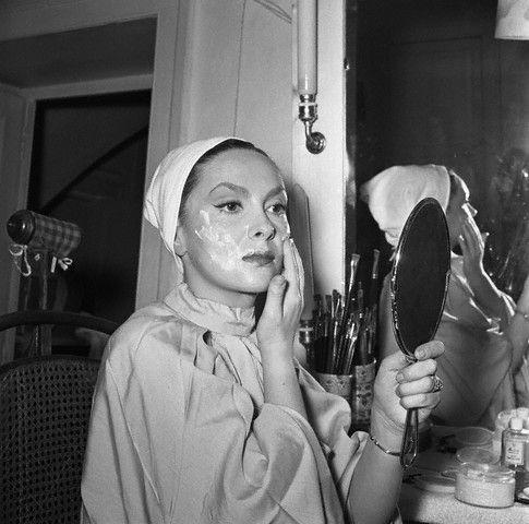 gina lollobrigida cold creaming her face